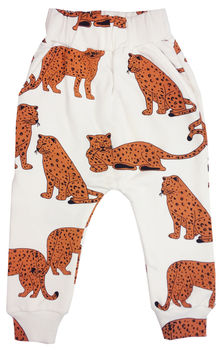 Hugo loves Tiki - Drop crotch sweat pants Kip and Co. Cheetah, white